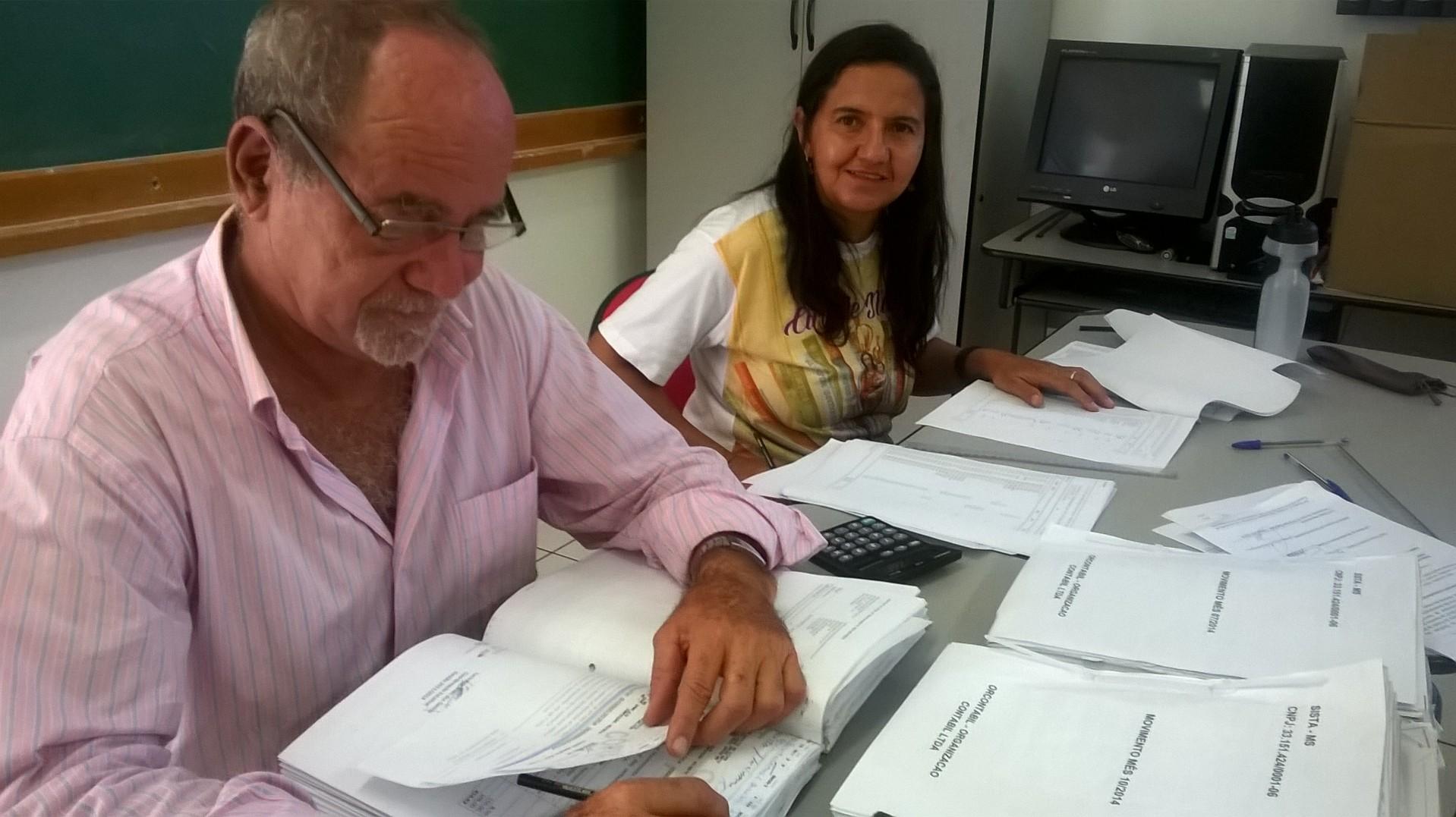 """Mário """"Popai"""" e Edy Pereira, membros do Conselho Fiscal, durante trabalho de análise da movimentação financeira e contábil do SISTA"""