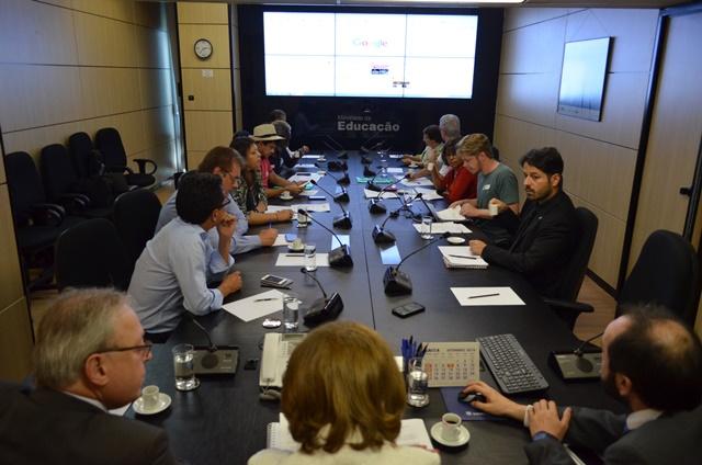Secretária propôs agendar a próxima reunião após 30 dias para retomar as discussões referentes ao aprimoramento da carreira